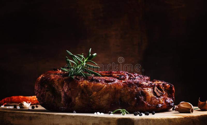 被烘烤的肘用胡椒、迷迭香和大蒜,葡萄酒wo 免版税库存照片