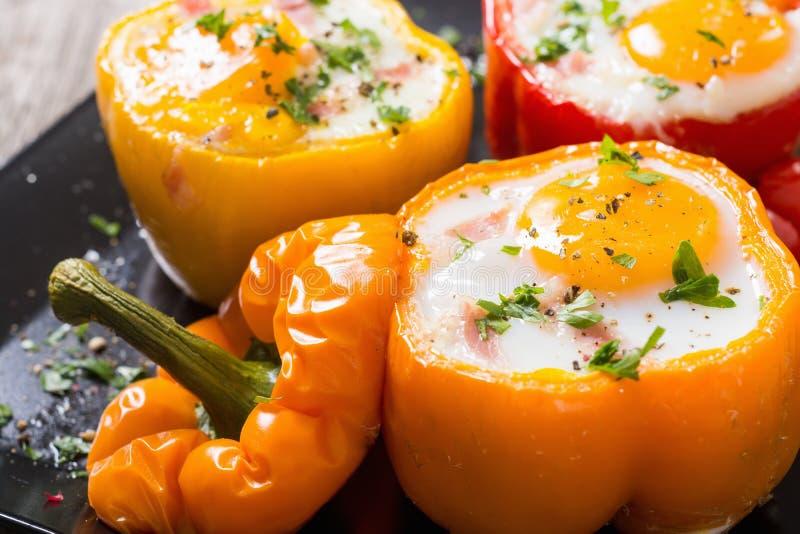 被烘烤的胡椒充塞用烟肉和鸡蛋 库存照片