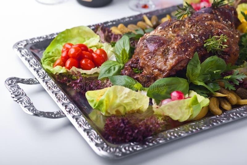 被烘烤的英尺羊肉蔬菜 库存图片