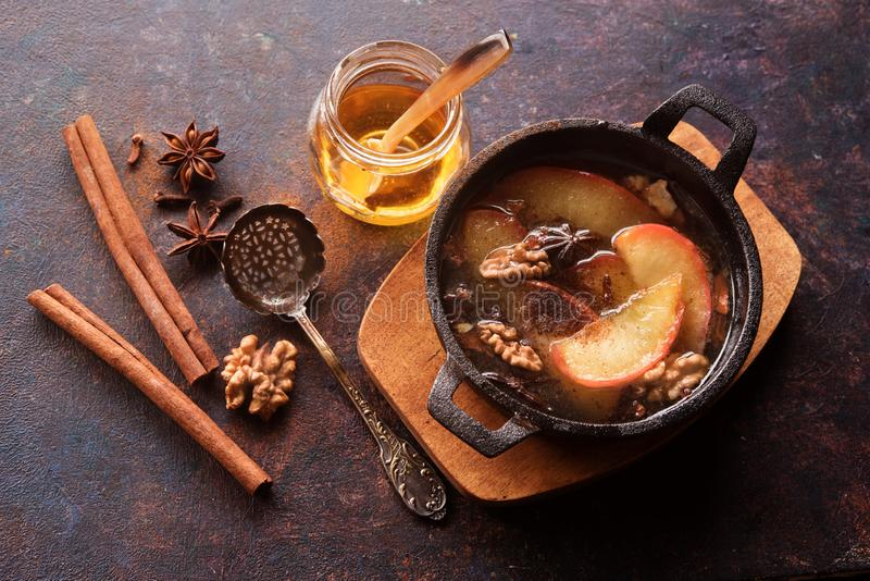 被烘烤的苹果用蜂蜜和桂香 免版税图库摄影
