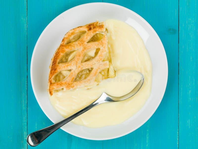 被烘烤的苹果饼和乳蛋糕点心 免版税库存照片