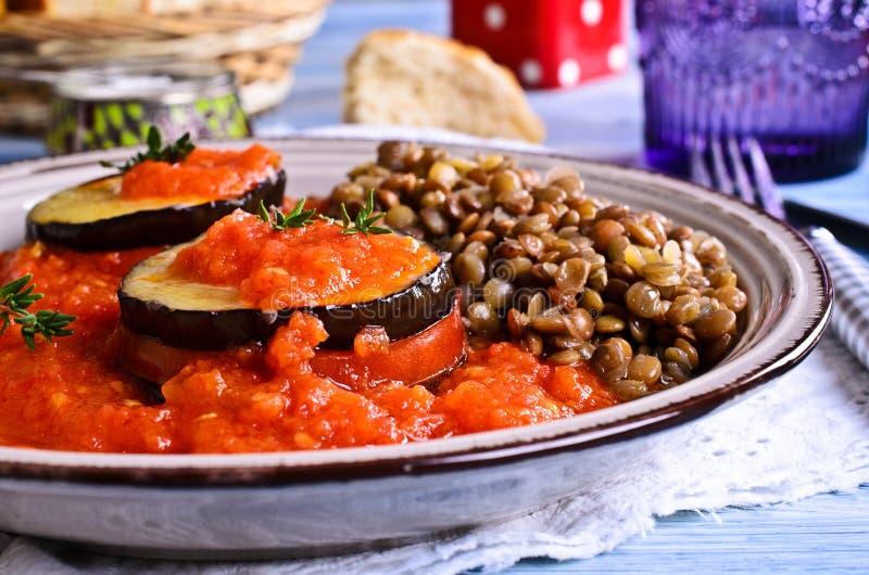 被烘烤的茄子用蕃茄和乳酪 免版税库存图片