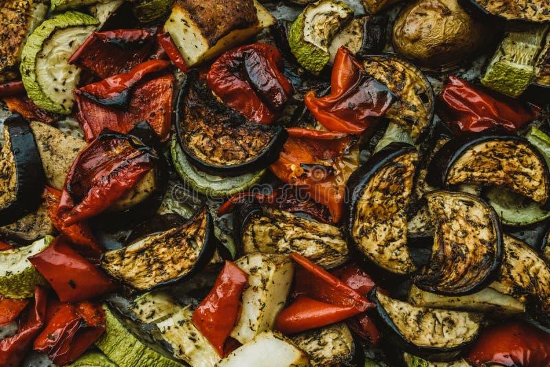 被烘烤的菜:蕃茄、茄子、胡椒和夏南瓜 bac 免版税库存图片