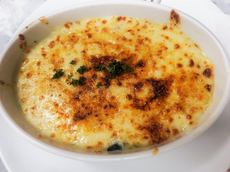 被烘烤的菠菜用乳酪或菠菜乳酪烘烤 免版税库存照片
