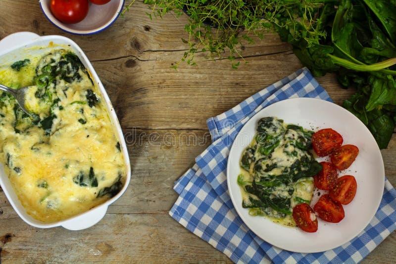 被烘烤的菠菜用帕尔马干酪和成份在土气wo 库存图片