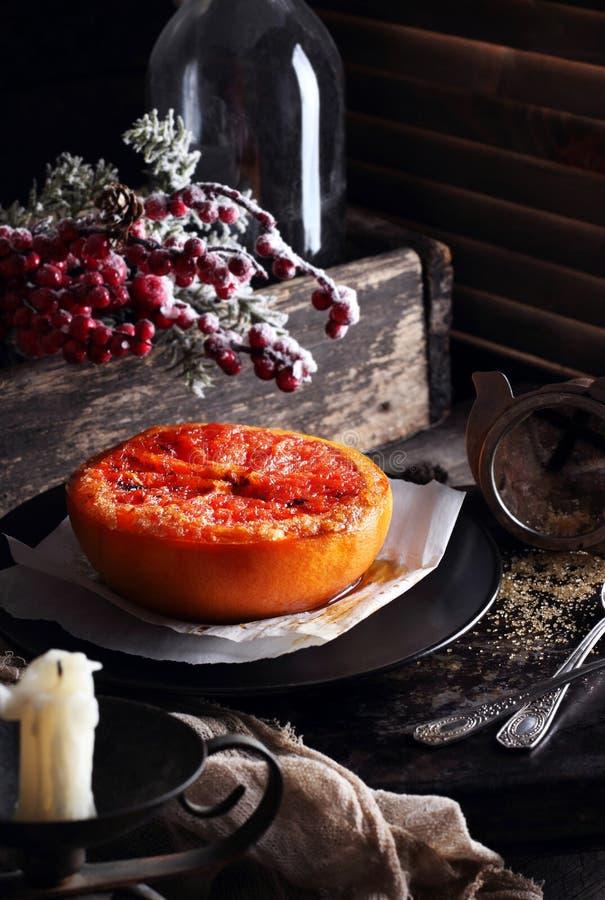 被烘烤的葡萄柚用黄油和红糖 免版税库存图片