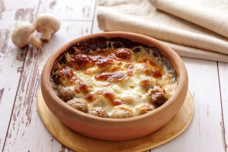 被烘烤的蘑菇用乳酪 免版税库存图片