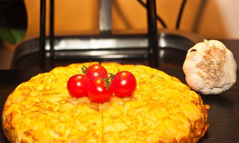 被烘烤的蛋砂锅用四个蕃茄和一个大蒜头 库存照片