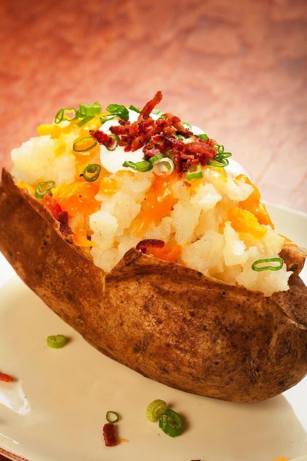 被烘烤的被装载的土豆 免版税库存图片