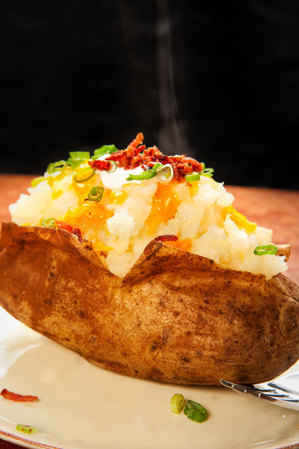 被烘烤的被装载的土豆 免版税库存照片