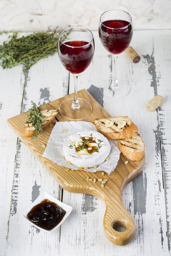 被烘烤的软制乳酪用多士和麝香草 免版税库存照片