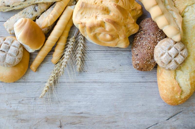 被烘烤的面包的分类在木桌背景的 图库摄影
