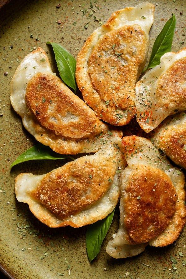 被烘烤的饺子充满蘑菇和圆白菜 免版税库存照片