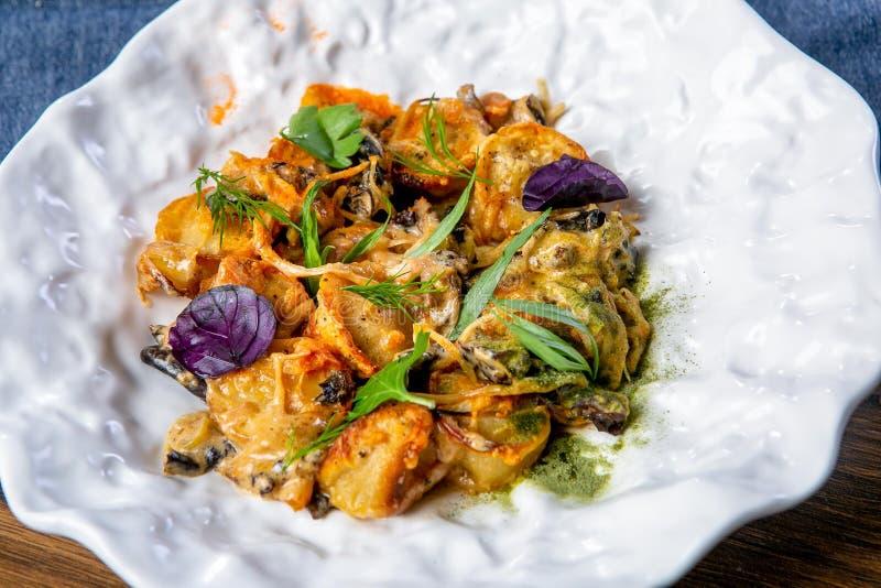 被烘烤的饺子用蘑菇 罗宋汤特写镜头烹调俄语汤 一位专业厨师的工作 从餐馆或咖啡馆菜单的盘 特写镜头 库存照片