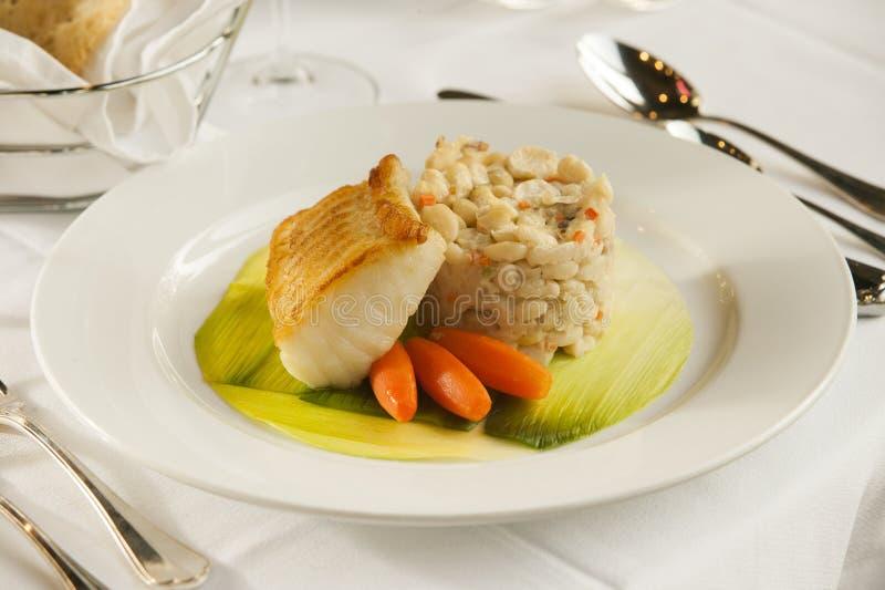 被烘烤的鱼海鲜晚餐。 免版税库存图片
