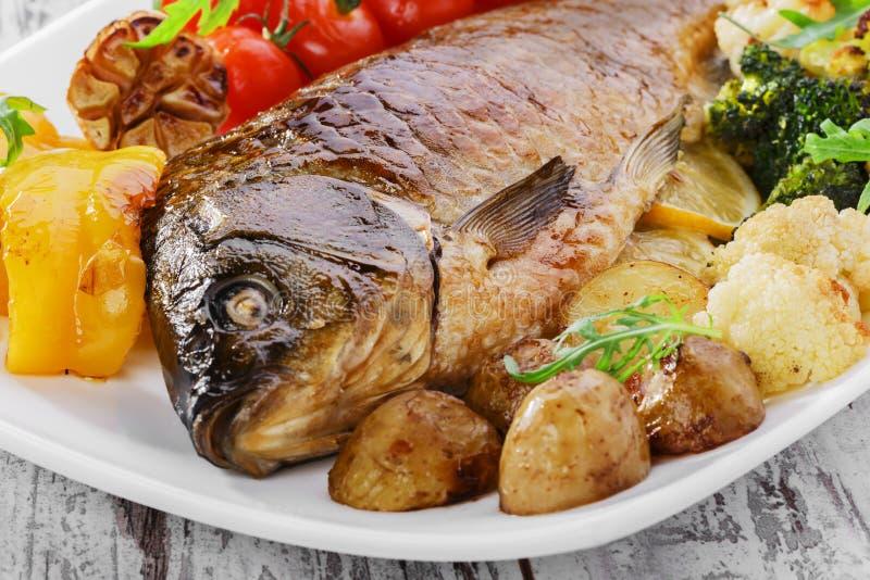 被烘烤的鱼蔬菜 免版税库存照片