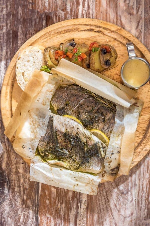 被烘烤的鲈鱼 图库摄影