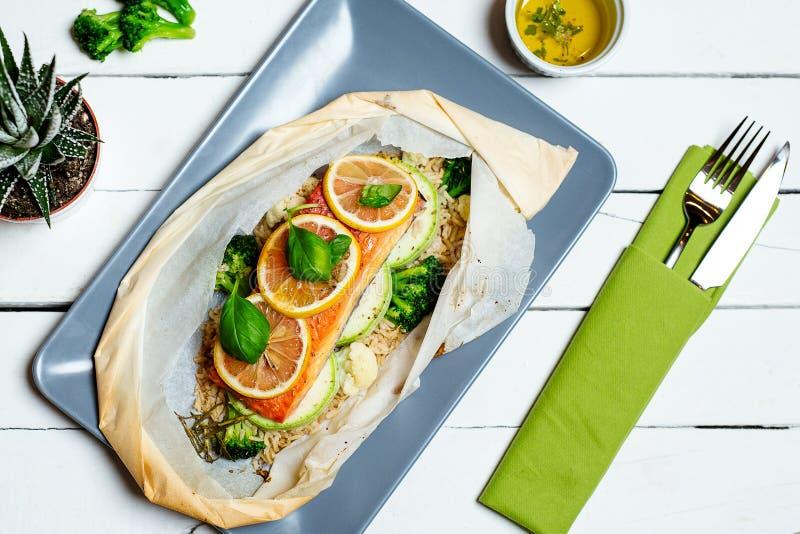 被烘烤的鲑鱼排蔬菜 饮食菜单 顶视图 免版税库存图片