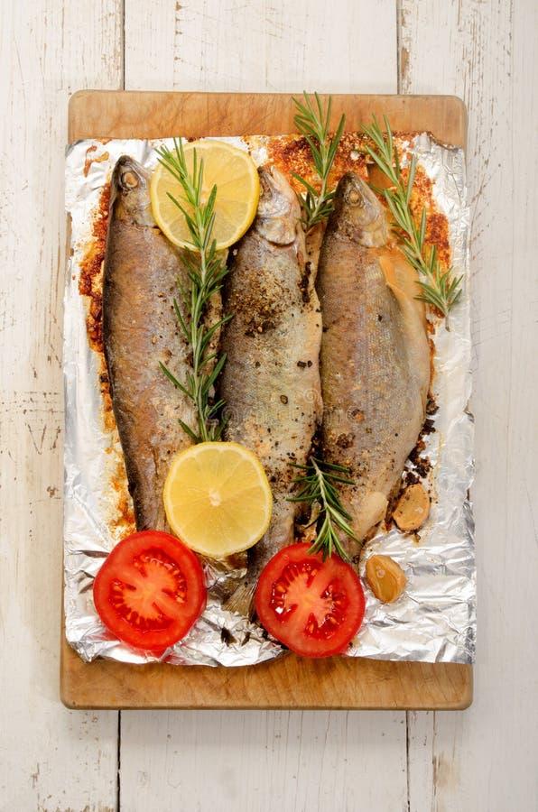 Download 被烘烤的鳟鱼用柠檬和切的蕃茄 库存照片. 图片 包括有 准备, 迷迭香, 蔬菜, 木头, 胡椒, 细菌学 - 72358524