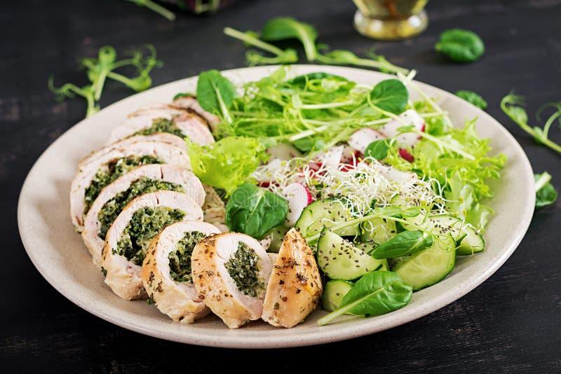 被烘烤的鸡卷用菠菜和乳酪在板材 健康午餐 免版税图库摄影