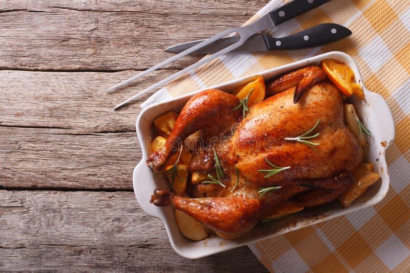 被烘烤的鸡用在烘烤盘的苹果 水平的上面竞争 库存图片