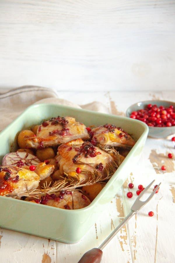 被烘烤的鸡用红色莓果、迷迭香和大蒜 库存照片