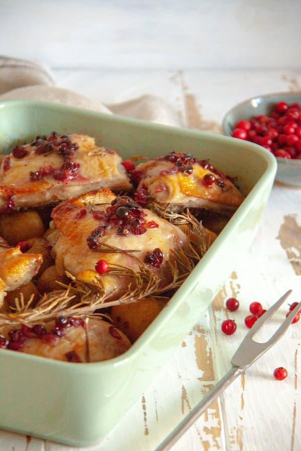 被烘烤的鸡用红色莓果、迷迭香和大蒜 库存图片