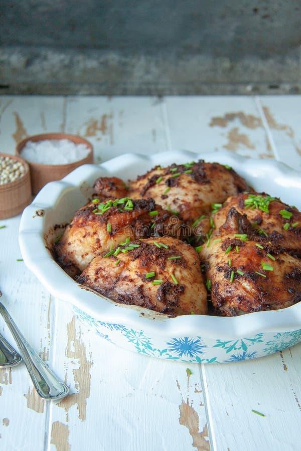 被烘烤的鸡用香料和春天葱 库存图片