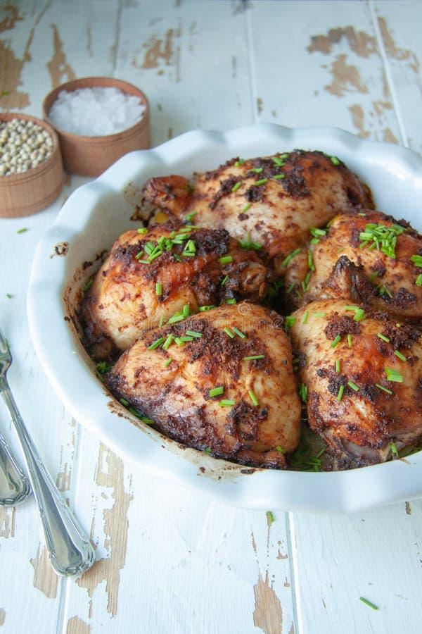 被烘烤的鸡用香料和春天葱 免版税库存图片