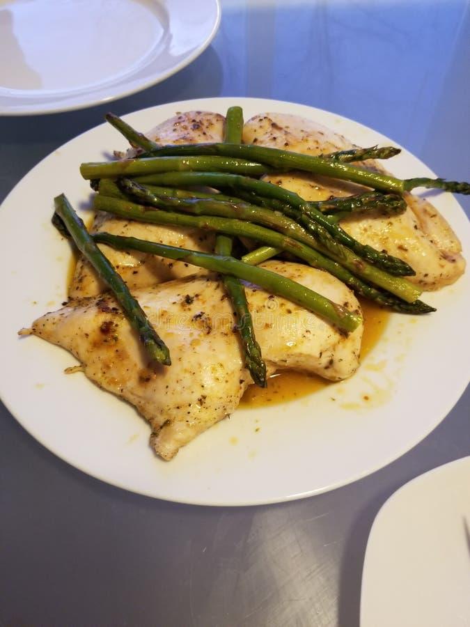 被烘烤的鸡用黄油、盐、胡椒和芦笋 库存照片