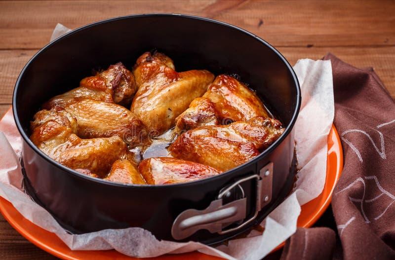 被烘烤的鸡翼 库存图片
