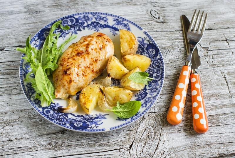 被烘烤的鸡胸脯用土豆和葱在葡萄酒板材 库存图片