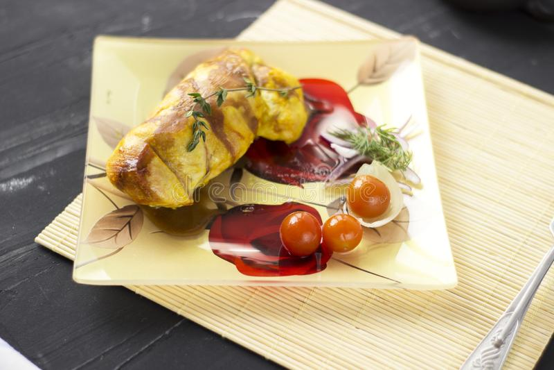 被烘烤的鸡胸脯用葱和蕃茄在一块白色板材 健康的食物 免版税库存图片