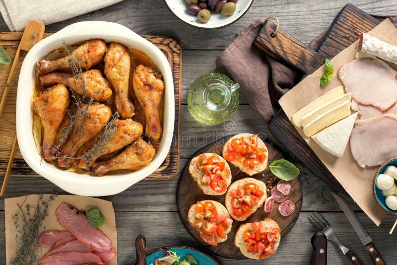 被烘烤的鸡腿以快餐品种在木桌上的 库存照片