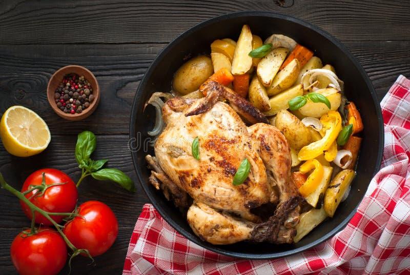 被烘烤的鸡蔬菜 免版税库存照片