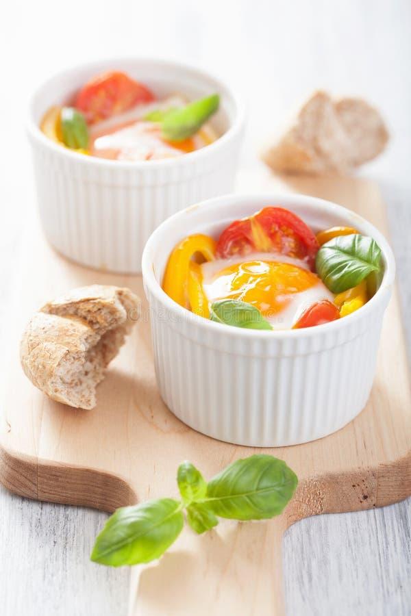 被烘烤的鸡蛋用蕃茄和辣椒粉 免版税图库摄影