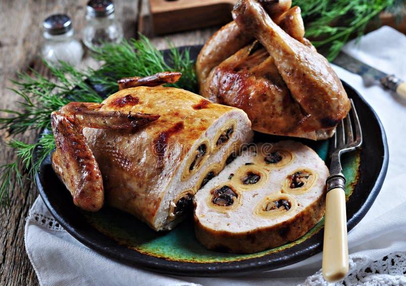 被烘烤的鸡被充塞的薄煎饼用蘑菇 图库摄影