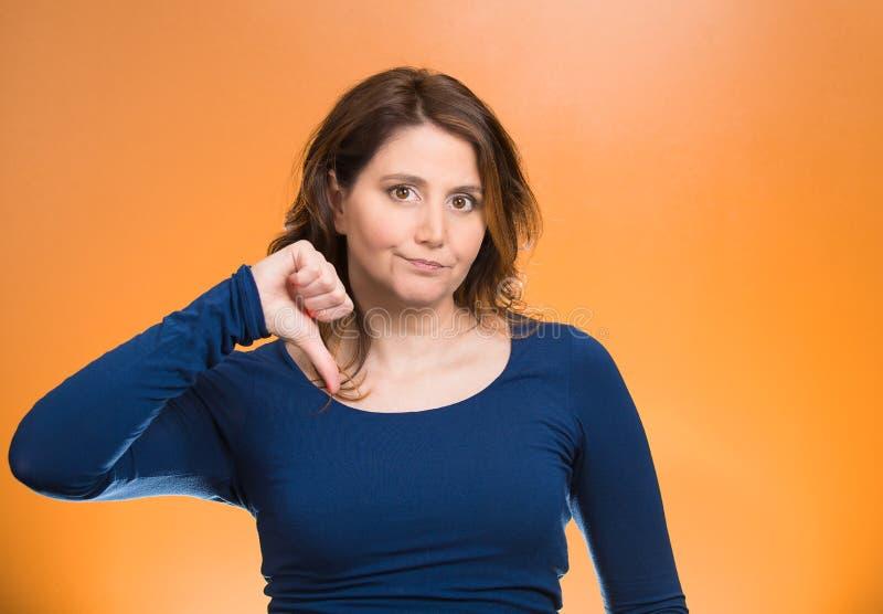 被烦死的妇女,给拇指下来打手势用手 免版税库存图片