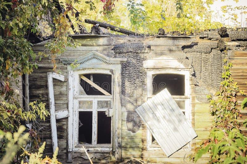 被烧下来的木房子内部  免版税库存图片