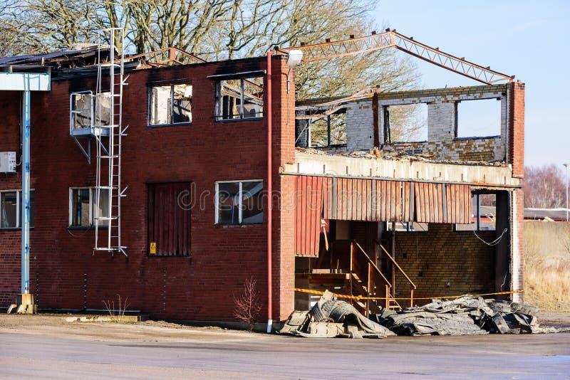 被烧的工厂厂房 库存图片