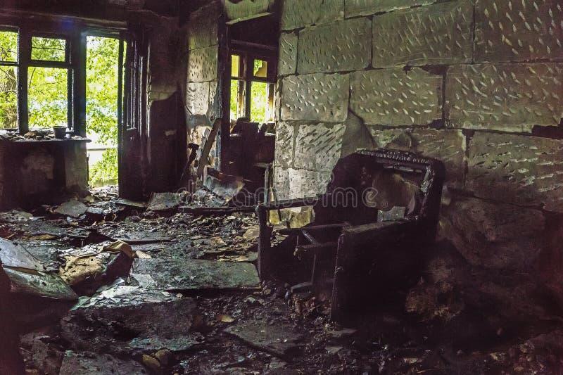 被烧的房子里面,被烧的家具,内部项目 免版税库存照片
