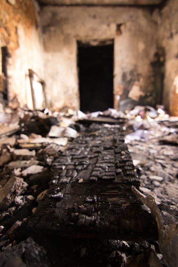 被烧的木头和门 免版税图库摄影
