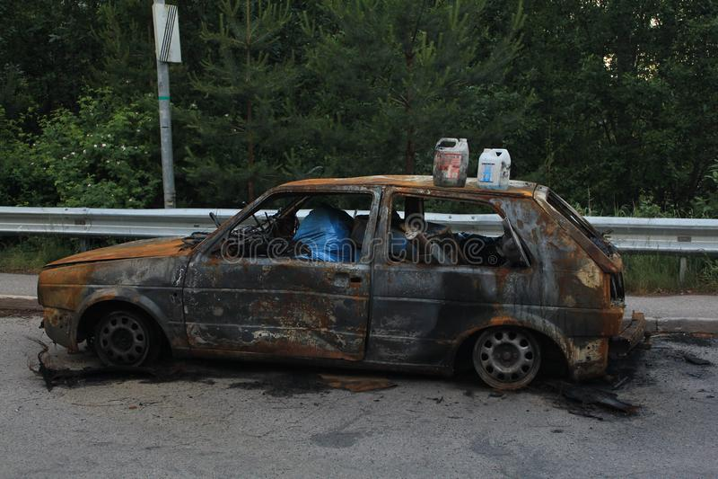 被烧的汽车,烧光车身充满垃圾 免版税库存照片