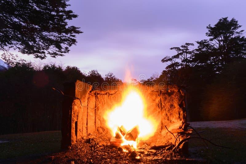 被烧的火楼层房子晚上一餐馆三二 免版税库存图片