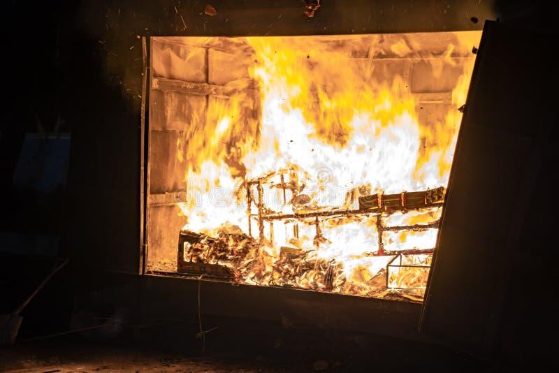 被烧的金子,金钱,家具,家,佣人,汽车,其他在中国葬礼 库存图片