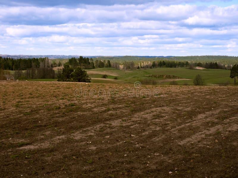 被犁的领域在春天,在庄稼下的农田 免版税库存照片