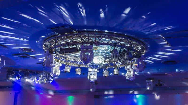 被环绕的迪斯科光在天花板显示 免版税库存图片