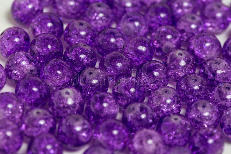 被环绕的紫色石英石头 图库摄影
