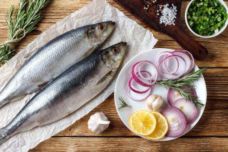 被盐溶的鲱鱼用红洋葱、柠檬和香料 库存图片