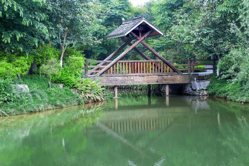 被盖的木桥梁 免版税图库摄影